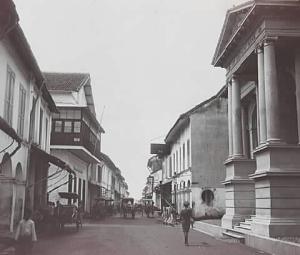 straat-te-makassar-met-aan-de-rechterzijde-de-kantoren-van
